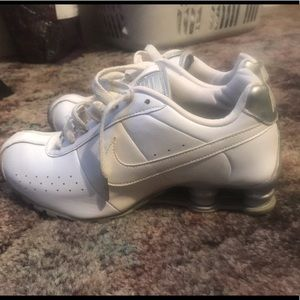 White and sliver nike shox size 9.